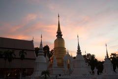 Scena crepuscolare del tempio di Wat Suan Dok in Tailandia Fotografie Stock Libere da Diritti