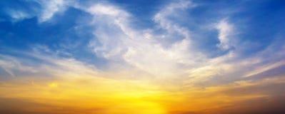 Scena crepuscolare di alba del cielo e della nuvola di panorama Fotografia Stock