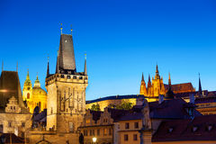Scena crepuscolare di Praga con la torre del ponte di Charles e la st Vitus Fotografia Stock