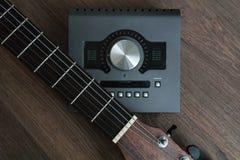 Scena degli strumenti sani dei progettisti sulla tavola di legno scura: scheda audio, chitarra Strumenti di organizzazione sana S fotografia stock