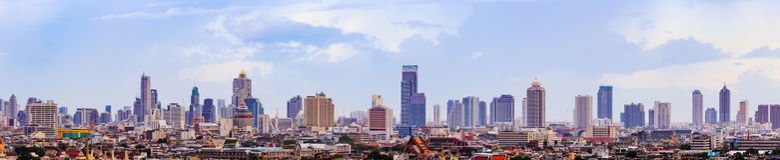 Scena dei grattacieli di Bangkok Tailandia alla sera con Fotografia Stock Libera da Diritti