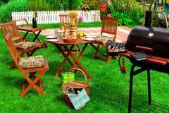 Scena del BBQ & del ricevimento pomeridiano di estate del cortile Fotografia Stock