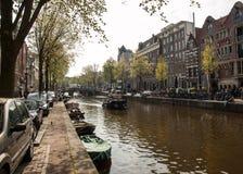 Scena del canale con biciclette, barche e case olandesi tradizionali nel quartiere a luci rosse amsterdam netherlands fotografia stock libera da diritti