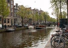 Scena del canale con biciclette, barche e case olandesi tradizionali nel quartiere a luci rosse amsterdam netherlands immagini stock