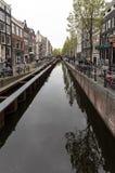 Scena del canale con biciclette e case olandesi tradizionali nel quartiere a luci rosse amsterdam netherlands immagine stock libera da diritti
