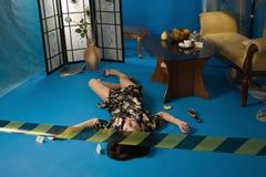 Scena del crimine con il brunette senza vita Fotografie Stock Libere da Diritti