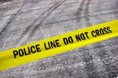 Scena del crimine della via con la riga di polizia nastro Fotografie Stock Libere da Diritti