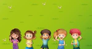 Scena del fondo con i bambini su erba illustrazione vettoriale