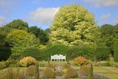 Scena del giardino con il banco bianco Fotografia Stock