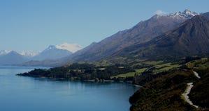 Scena del lago con le montagne ricoperte neve Immagini Stock