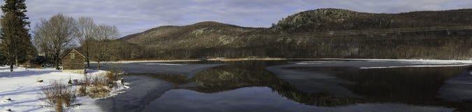 Scena del lago della montagna di inverno con la cabina in Berkshires Fotografia Stock