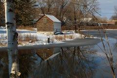 Scena del lago della montagna di inverno con la cabina in Berkshires Fotografie Stock