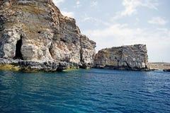 Scena del mare con chiare acque blu delle rocce del mare e del mar Mediterraneo fotografia stock