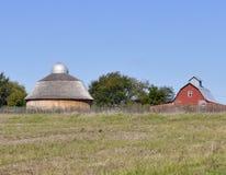 Scena del paese con due granai e cieli blu fotografie stock libere da diritti