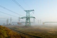 Scena del paese con la linea elettrica ad alta tensione Fotografia Stock