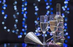 Scena del partito di natura morta dei vetri di flauto, dei nastri e del champagne Immagini Stock