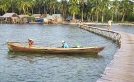 Scena del ponte lungo di legno e della vita al paesino di pescatori di Rach Vem Fotografie Stock Libere da Diritti
