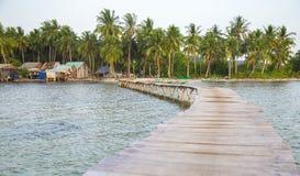 Scena del ponte lungo di legno e della vita al paesino di pescatori di Rach Vem Immagine Stock