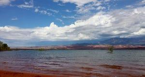 Scena del sud del bacino idrico del lago utah con la sabbia rossa e le nuvole drammatiche immagine stock