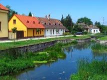 Scena del villaggio con il lago Fotografia Stock