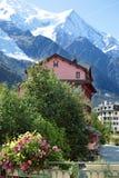 Scena del villaggio e della montagna di Chamonix-Mont-Blanc in Francia Immagini Stock Libere da Diritti