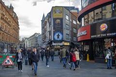 Scena del West End con le folle di camminata della gente fotografia stock libera da diritti