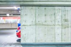 Scena dell'interno vuoto del parcheggio del cemento nel centro commerciale Fotografia Stock