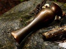 Scena della decorazione celtica con il vaso, legno su roccia immagine stock libera da diritti
