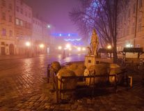 Scena della decorazione di Natale sul quadrato del mercato alla sera nebbiosa Fotografie Stock Libere da Diritti