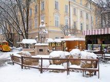 Scena della decorazione di Natale sul quadrato nevoso del mercato Fotografia Stock Libera da Diritti