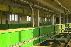 Scena della fabbrica I raccolti del trasportatore Grano del trasportatore a catena Interiore industriale Fotografie Stock Libere da Diritti