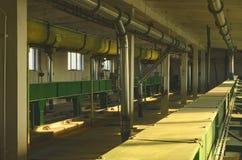 Scena della fabbrica I raccolti del trasportatore Grano del trasportatore a catena Interiore industriale Immagini Stock Libere da Diritti