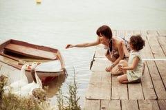 Scena della famiglia dell'annata sulla natura Fotografie Stock