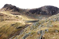 Scena della montagna con il distretto Inghilterra del lago del fiume e del lago immagine stock