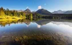 Scena della montagna della natura con il bello lago in Slovacchia Tatra Immagini Stock