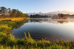 Scena della montagna della natura con il bello lago in Slovacchia Tatra Fotografia Stock