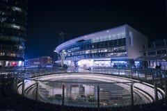 Scena della piazza Gael Aulenti - di Milan Night immagini stock libere da diritti