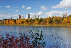 Scena della riva del fiume di autunno a Edmonton immagini stock