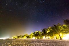 Scena della spiaggia alla notte Stelle e Via Lattea con le palme e la spiaggia sabbiosa fotografia stock