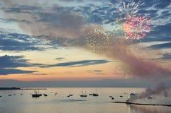 Scena della spiaggia con i fuochi d'artificio Fotografia Stock