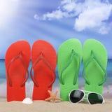 Scena della spiaggia con il sole dei sandali nelle vacanze estive immagini stock libere da diritti