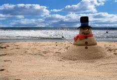 Scena della spiaggia del Sandman del pupazzo di neve (aggiunga la famiglia per i ritratti) Fotografie Stock Libere da Diritti