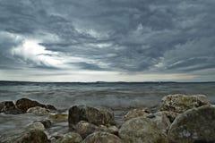 Scena della spiaggia della roccia al giorno della tempesta immagine stock