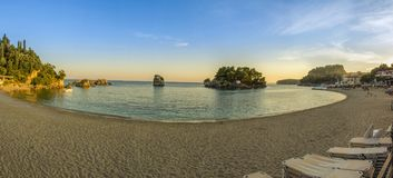 Scena della spiaggia di tramonto - spiaggia della città in Parga, Grecia - Mar Ionio immagini stock libere da diritti