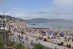 Scena della spiaggia a Lyme Regis, Dorset, Regno Unito Fotografie Stock Libere da Diritti