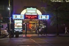 Scena della via con i periodi leggeri al neon fotografia stock libera da diritti