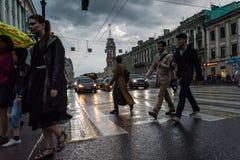 Scena della via con la gente che cammina lungo il viale in St Peter immagini stock libere da diritti