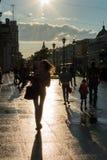 Scena della via con la gente che cammina lungo il viale in St Peter Fotografie Stock
