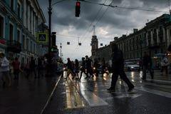 Scena della via con la gente che cammina lungo il viale in St Peter Fotografia Stock