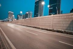 Scena della via della costruzione della città e tunnel della strada della scena di notte Fotografie Stock